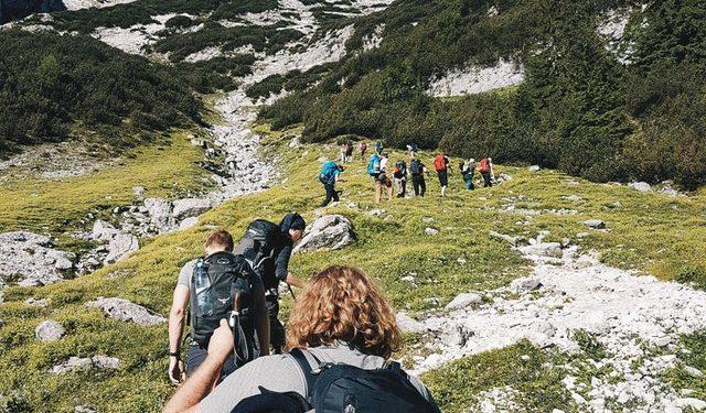 excursionistas caminando por la montaña
